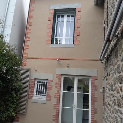 Rénovation et extension, enduit à la chaux avec briques - Saint-Lunaire