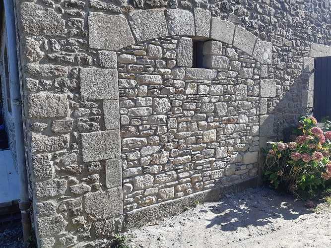 Ouverture d''un mur pierre pour création d''une fenêtre et condamnation d''une porte de garage 20181003151529